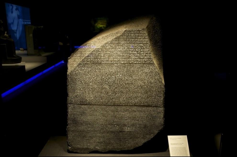 7) © Juan Naharro Gimenez/Getty Images // Копия Розеттского камня.
