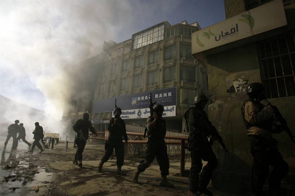 7. Афганские службы безопасности на месте теракта в центре Кабула в понедельник. Теракт произошел в день, когда новый состав кабинета правительства приносил клятву президенту Хамида Карзая. (Ahmad Massoud / AP)