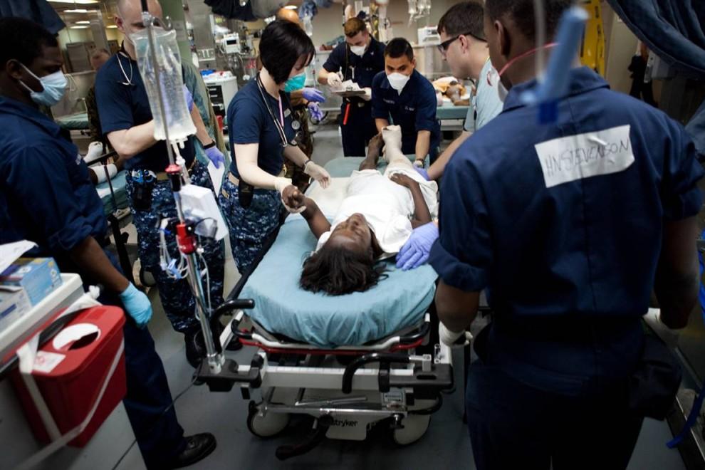 7. Медики плавучего госпиталя «Comfort» работают над пациенткой. Адмирал Робинсон выразил мнение, что «Comfort» придется простоять на якоре у Гаити, по крайней мере, полгода, а, скорей всего, более долгий срок. (Brendan Hoffman / Getty Images)