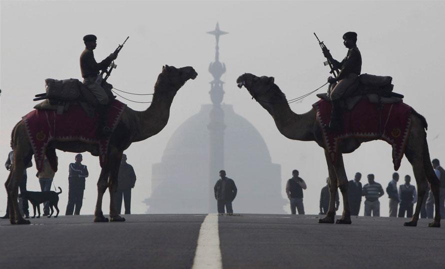 7. Члены Индийской пограничной службы на верблюдах репетируют «Отступление» во время подготовки к празднованию Дня Республики в Виджей Чок в Нью-Дели. День Республики пройдет в Индии 26 января. (AP Photo)