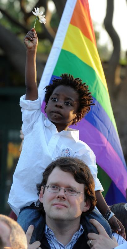 7. Дункан Айланд и его сын 4-летний Уотсон присоединились к сторонникам однополых браков во время их митинга в ответ на поправку 8 верховного суда Калифорнии в Голливуде 26 мая 2009 года. (UPI Photo/Jim Ruymen)