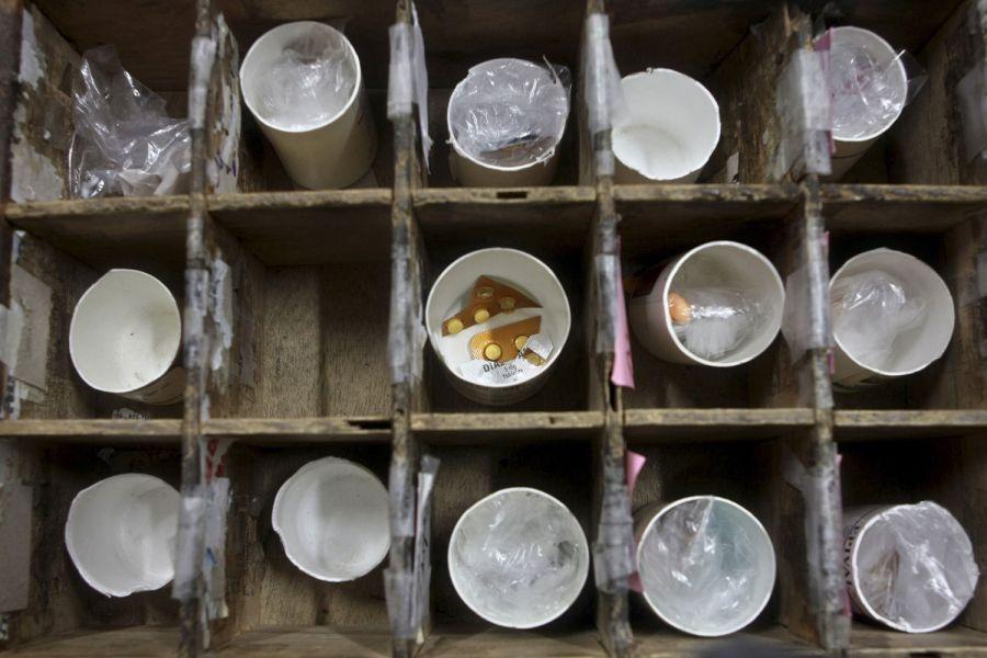 7. Лекарства разложены в стаканчики для разных пациентов клиники в Манагуа 31 января 2009 года. (AP Photo/Esteban Felix)