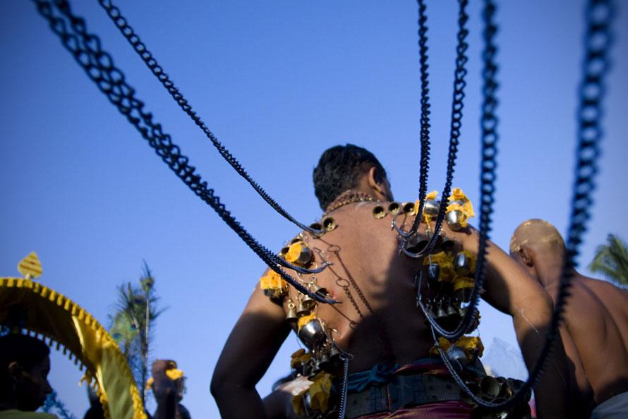 7) Участник индусского фестиваля Тайпусам, пронзивший крючками спину, идет к храму в пещере Бату в Малайзии. По центральным улицам проходит шествие участников парада, чьи тела проколоты сотнями металлических крючков, булавок и спиц. Подобный обряд проводится паломниками в качестве демонстрации своей веры и проявления мужества Ожидается, что в этом году в фестивале примут участие до 600 тысяч человек. (Фото Ulet Ifansasti / Getty Images)