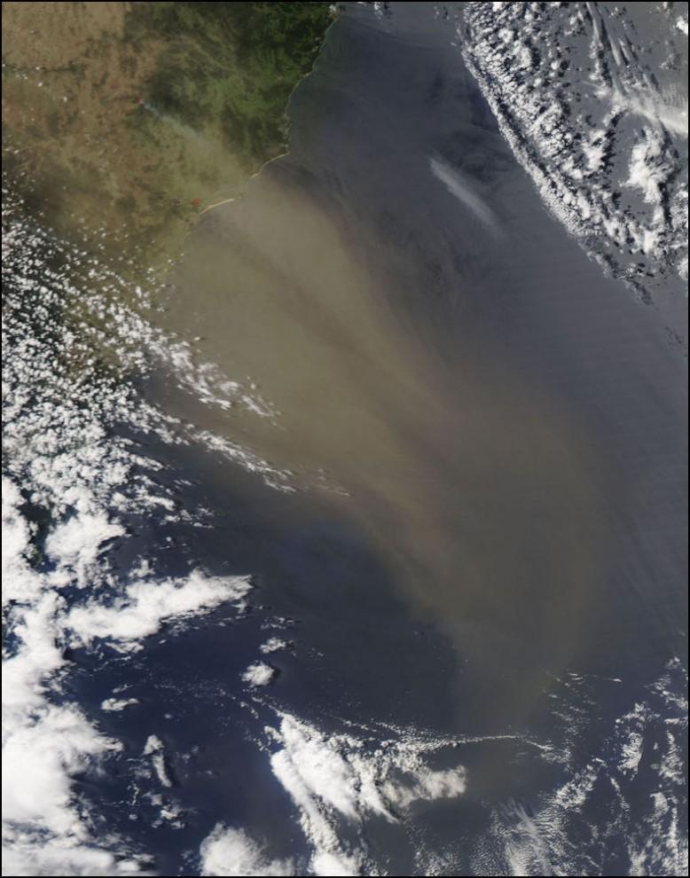 8) © NASA/Jeff Schmaltz // Облако пыли над побережьем Австралии.