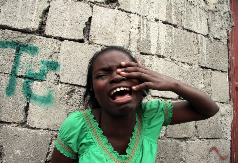8. Девочка плачет после землетрясения в Порт-о-Пренс 12 января. (Tequila Minsky / NYT via Redux Pictures)