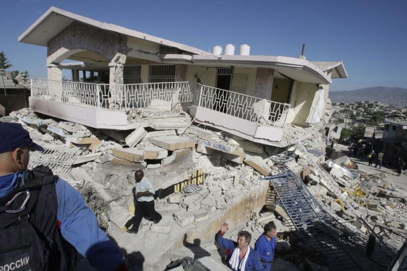 8. Российские спасатели ищут жертв землетрясения на развалинах дома в Порт-о-Пренс 16 января 2010 года. Землетрясение в 7.0 баллов 12 января нанесло непоправимый ущерб острову Гаити. (UPI/Anatoli Zhdanov)