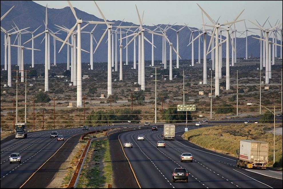 8) © David McNew/Getty Images // Шоссе 10 и ветряки на фоне.