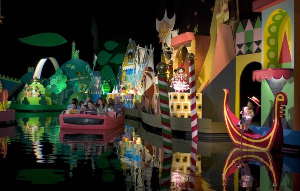 8) Малышам наверняка придется по душе аттракцион «It's a Small World» («Маленький мир»). Подпевая знаменитой песенке, вы можете прокатиться на лодочке и побывать в разных уголках планеты. В 2008 году аттракцион появился в гонконгском Диснейленде, чтобы привлечь  больше посетителей. (Disney)