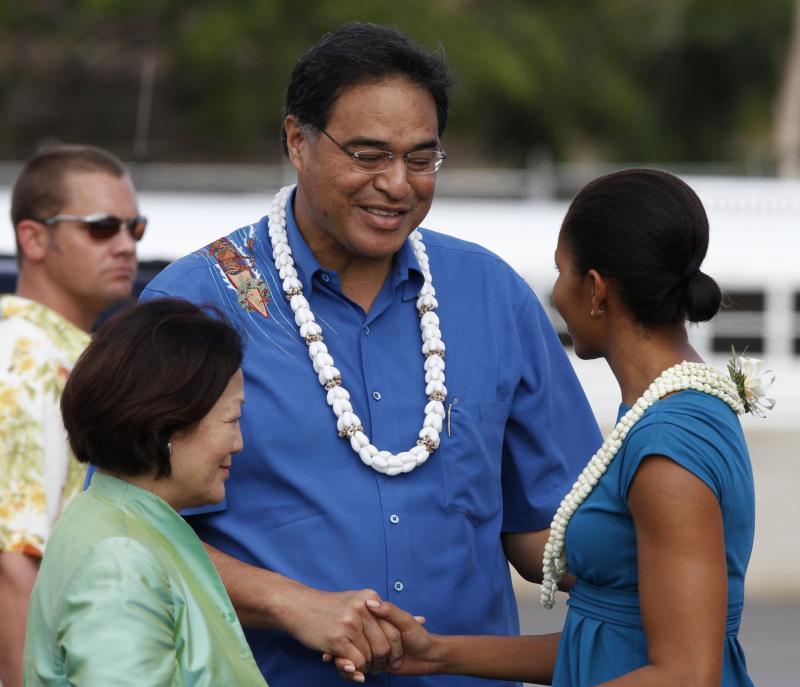 8. Мэр Гонолулу Муфи Ханнеман и конгрессмен Мази Хироно приветствуют первую леди Мишель Обама по прибытии на авиабазу «Хикэм» в Гонолулу, Гавайи, 24 декабря 2009 года. (UPI/Kent Nishimura/Pool)
