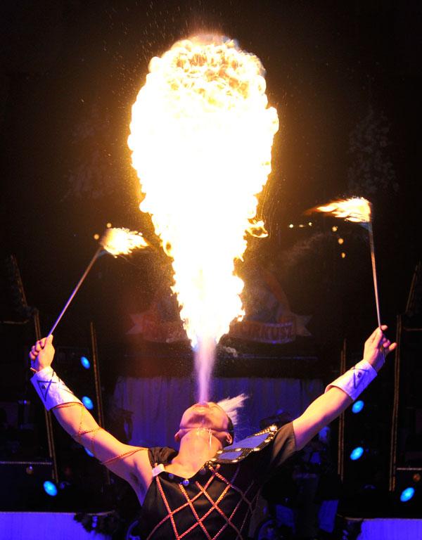 8. Член китайской труппы акробатов «Habei Acrobats» на репетиции предстоящего 8-го фестиваля цирка в Будапеште. (AP Photo/Bela Szandelszky)