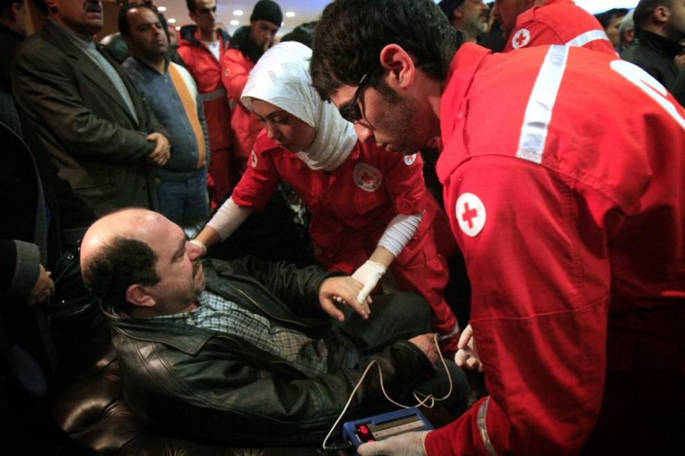 8) Медики помогают одному из скорбящих родственников, которому стало плохо в здании аэропорта Бейрута. В Ливане в связи с авиакатастрофой объявлен национальный траур. (AFP - Getty Images)