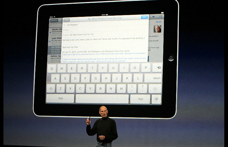 8. Мобильный планшет iPad представляет собой гибрид iPhone и ноутбука MacBook и имеет сенсорную клавиатуру. (Justin Sullivan-Getty Images)
