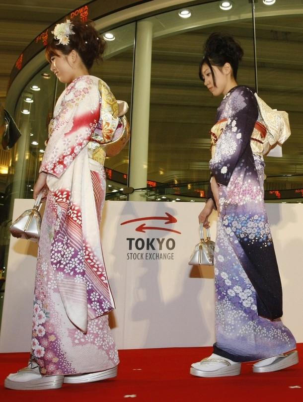 """10) Девушки в кимоно на церемонии запуска системы """"Arrowhead"""". На сайте биржи сказано, что теперь на TSE требуется 5 милисекунд для принятия заказа на сделку и три милисекунды для предоставления информации об изменениях на рынке.(REUTERS/Kim Kyung-Hoon)"""