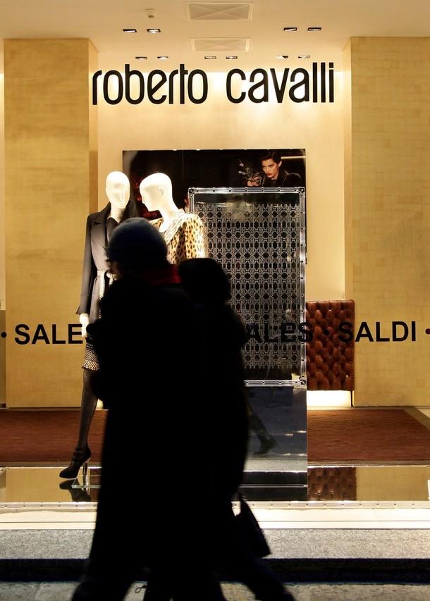 7) Люди идут на фоне витрин на улице 'Via Della Spiga' в Милане. (Vittorio Zunino Celotto/Getty Images)