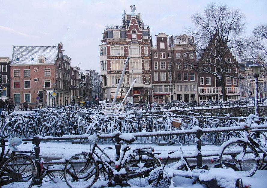 9. Покрытые снегом велосипеды стоят в центре Амстердама. В голландской столице необычайно долго царят морозы и сильные снегопады, мешающие движению на дорогах, что опасно для многочисленных велосипедистов Амстердама. (AP Photo/Margriet Faber)