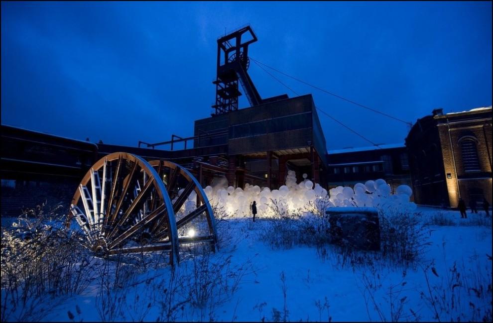 """9) © Kirsten Neumann/Getty Images // Арт-инсталляция рядом с """"Zeche Zollverein""""."""