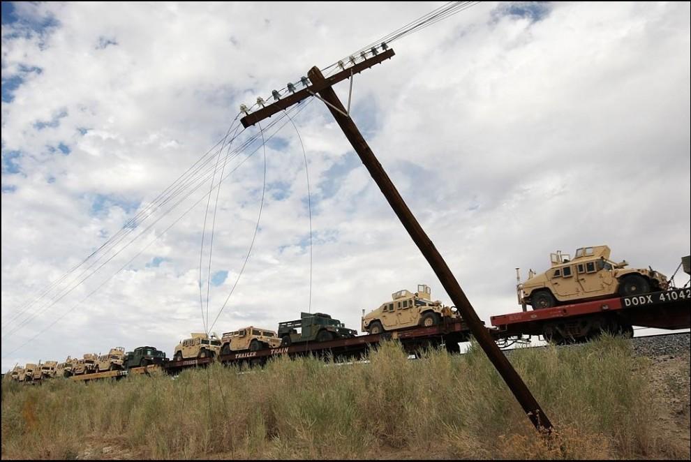 9) © David McNew/Getty Images // Товарняк с военной техникой.