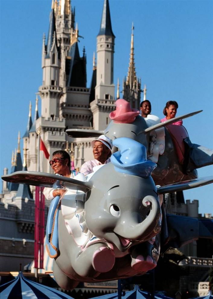 9) Счастливые посетители катаются на летающем слоненке Дамбо. Высоту можно регулировать самому с помощью рычага.  (Disney)