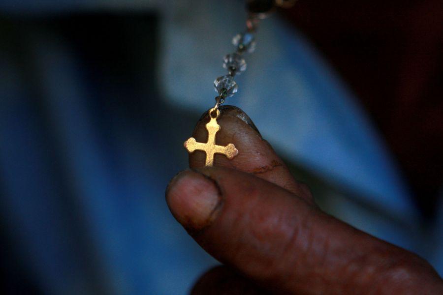 9. Пациент держит крестик на четках в клинике для душевно больных в Манагуа 2 февраля 2009 года. (AP Photo/Esteban Felix)