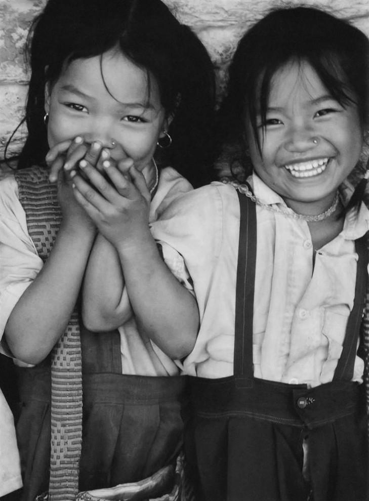 9) Девочки из лагеря тибетских беженцев на юге Индии в приливе нежности. (Bobby Sager / The Power of the Invisible Sun)