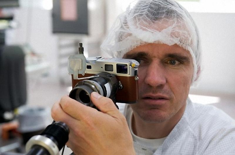 9) Техник вносит незначительные корректировки в дальномер камеры, чтобы обеспечить его синхронную работу с объективом.  Основная часть настройки камеры Leica делается при участии человеческого глаза, а не компьютерами или сложными оптическими приборами. Здесь техник проверяет и настраивает механизм ручной фокусировки, используя принцип межкадровой полосы. В М-серии нет автофокусных камер. Leica очень гордится этой линейкой фотоаппаратов.