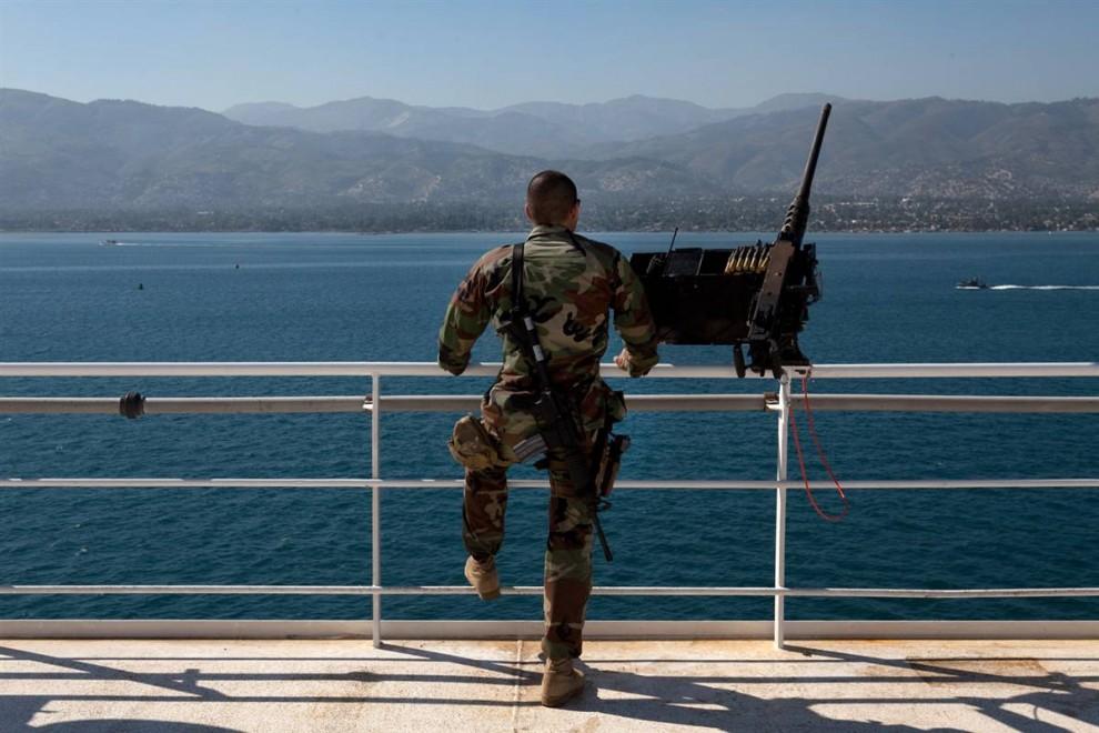 9. Американский солдат стоит на палубе плавучего госпиталя «Comfort». (Brendan Hoffman / Getty Images)