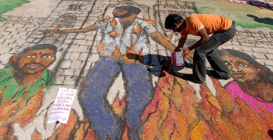 9. Студент участвует в создании картины тех, кто отдал свои жизни в борьбе за создание отдельного штата Теланганы в университете Османии в Хайдерабаде. (AP Photo/Mahesh Kumar A.)
