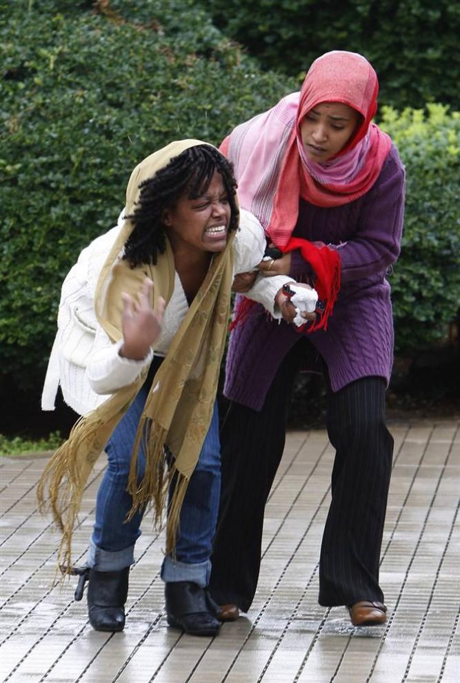 9) Девушка-эфиопка рыдает, узнав о смерти своих близких. Руководство авиакомпании заявило, что упавший в море самолет был технически исправен. Лайнер находился в эксплуатации восемь лет. В последний раз техобслуживание проводилось 25 декабря минувшего года. (Hussein Malla / AP)