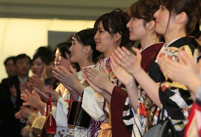 """12) Девушки апплодируют на церемонии запуска системы """"Arrowhead"""". Теперь на TSE можно торговать с той же скоростью, что на биржах в Нью-Йорке и Лондоне. (REUTERS/Kim Kyung-Hoon)"""