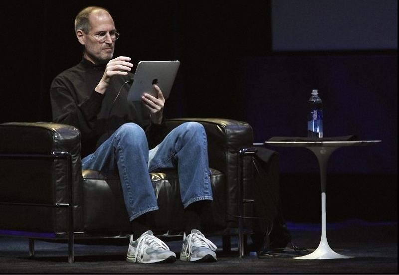 9. Стив Джобс демонстрирует некоторые характеристики iPad. Новое устройство может работать до 10 часов в режиме нон-стоп. (Kimberly White-REUTERS)