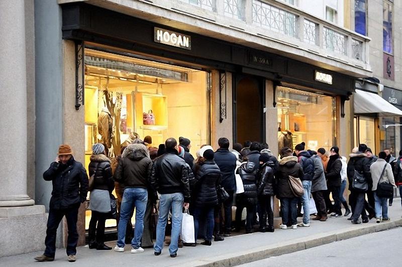 1) Очередь ждет открытия одного из магазинов в Милане. (Vittorio Zunino Celotto/Getty Images)
