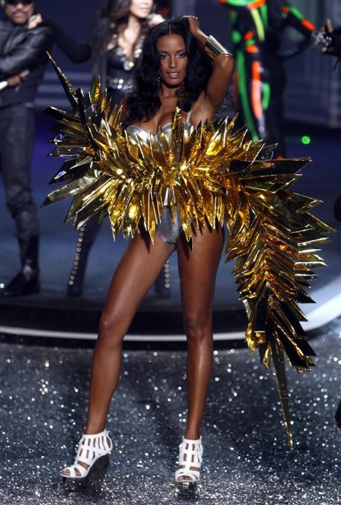 9. Блестящее вычурное творение на шоу Victoria's Secret 2009. «Это всегда зрелищно, - сообщила в интервью «Associated Press» дизайнер Патрисия Филд. - Victoria's Secret умеет преувеличивать». (Jason Decrow / AP)