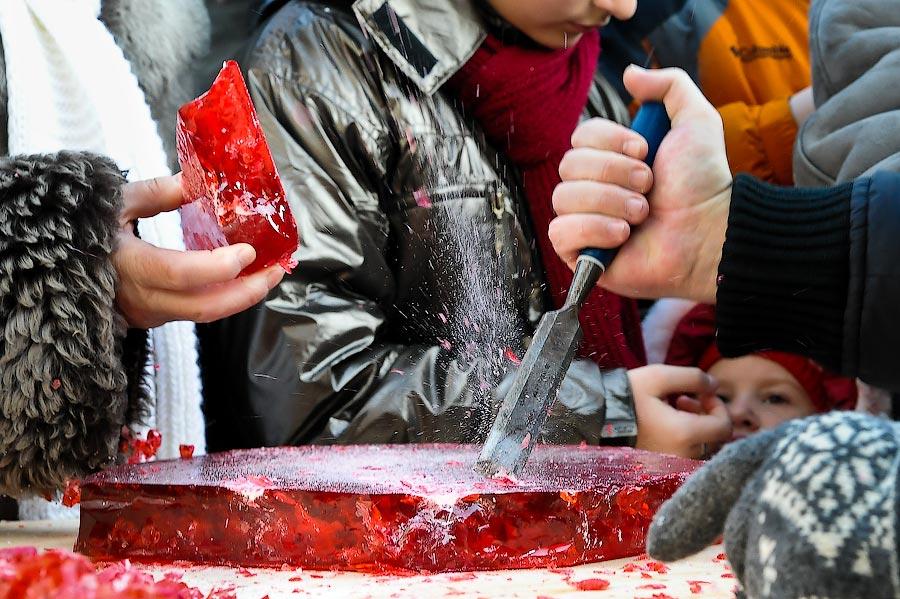 1) Столичные малыши смогли попробовать на вкус леденцового петушка весом 50 кг, установленного на площади Революции