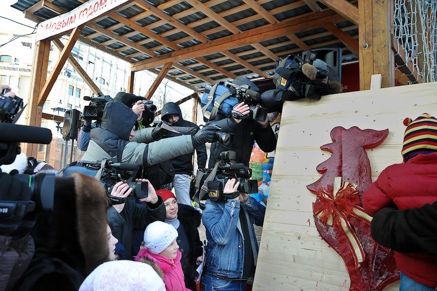 3) Чтобы увидеть гигантскую карамельку, кажется, собрались все самые маленькие жители Москвы; сладкоежки терпеливо ждали момента, когда с помощью молотка можно будет отколоть кусочек огромной конфеты.