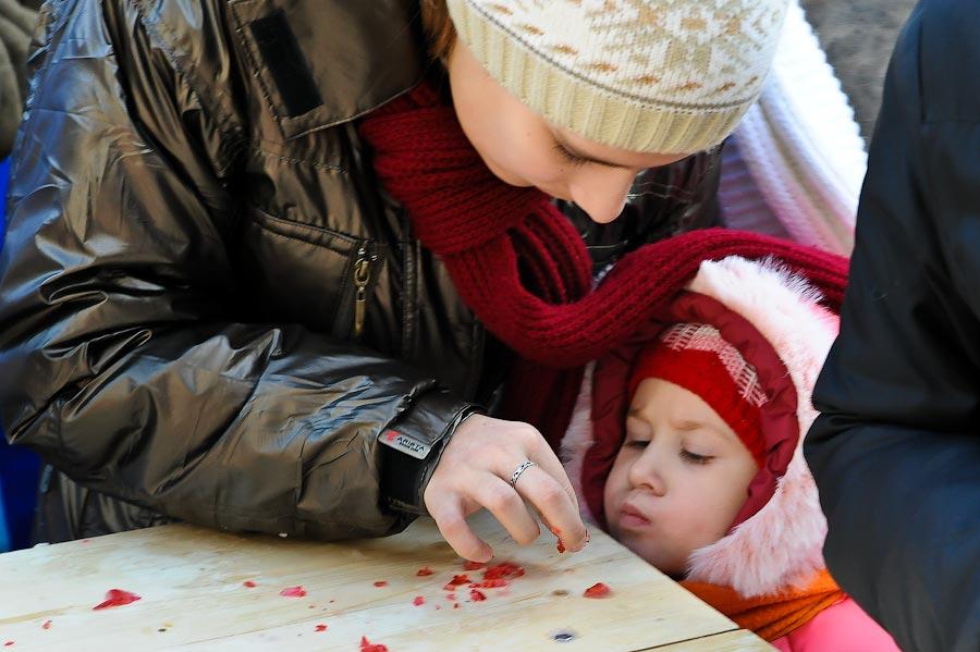 9) В рамках фестиваля работает ярмарка народных промыслов. Каждые выходные гуляющих ждут развлекательные программы.