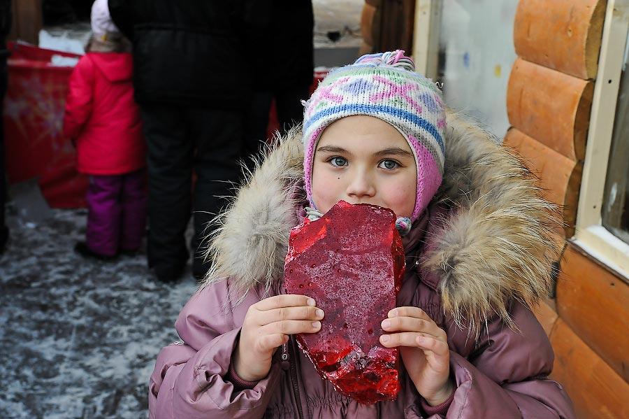"""10) Сладкий """"петушок """" – это уже третий рекорд за последний месяц. До этого москвичей удивляли огромным рублем и гигантским хрустальным колоколом, который также был выставлен на площади."""