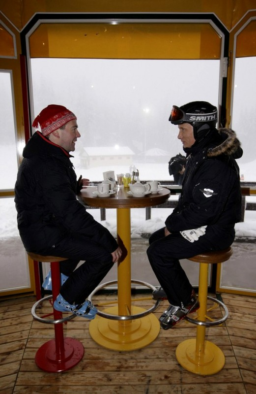 10) Некоторое время было отведено на разговоры с другими туристами курорта и подписание автографов желающим. (REUTERS/RIA Novosti/Kremlin/Dmitry Astakhov)