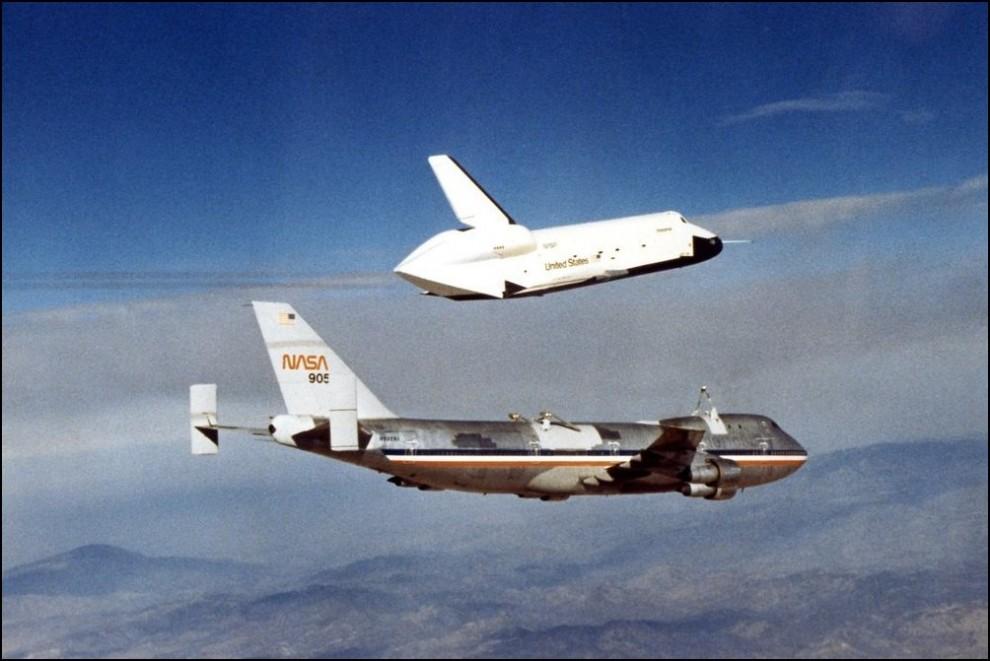 10) © NASA // Прототип челнока ``Энтерпрайз`` отделяется от самолета Боинг 747, испытания 1977.
