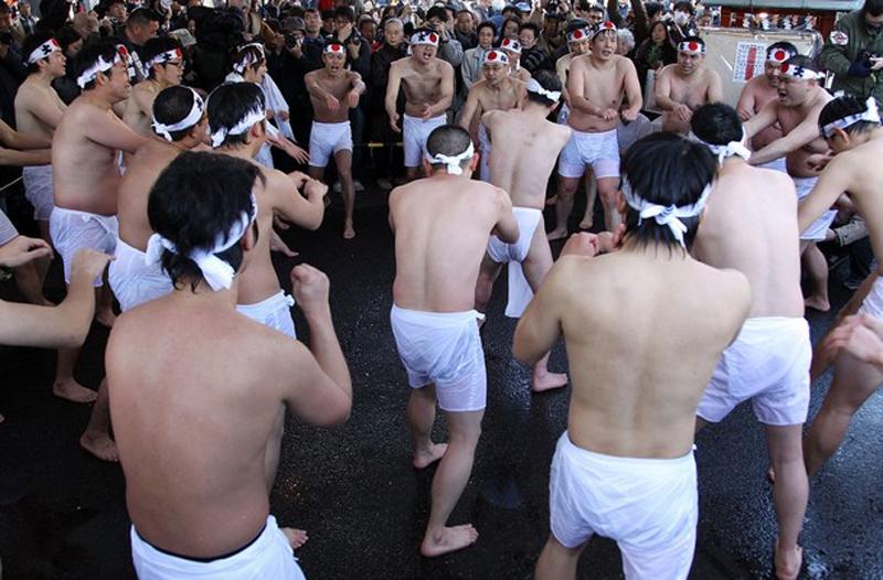 3) По традиции прихожане одевают только шорты или набедренные повязки. (Junko Kimura/Getty Images)