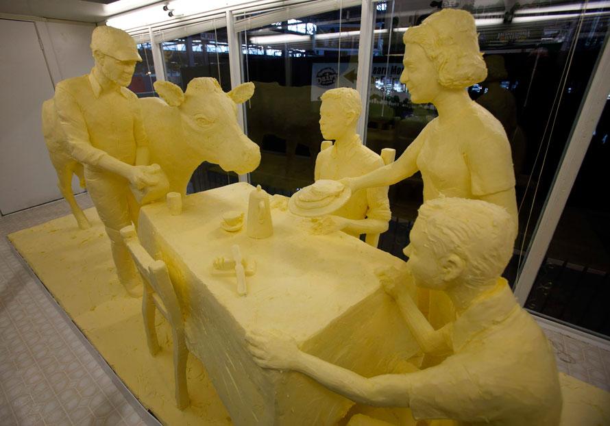 10. Скульптура, сделанная из 453 кг масла, посвящена семьям молочных фермеров на Выставке фермеров в Пенсильвании. Скульптор Джим Виктор вырезал это творение из масла, предоставленного компанией «Land O' Lakes» в Карлисле. Выставка продлится с 9 по 16 января. (AP Photo/Carolyn Kaster)