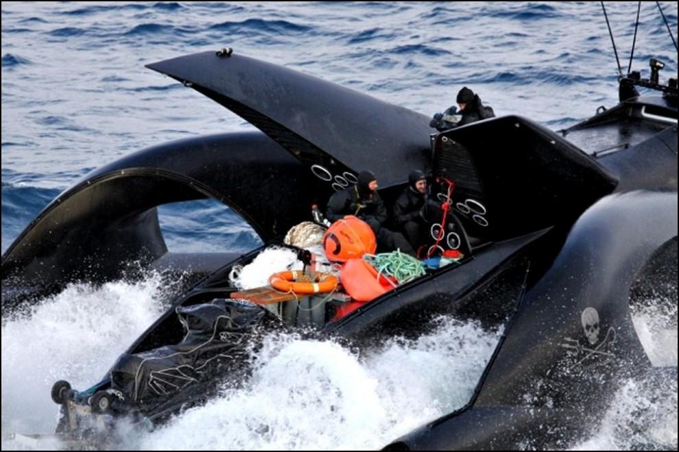 10) © REUTERS/The Institute of Cetacean Research // Экипаж китобойного судна утверждает, что с борта Ady Gil было выпущено несколько снарядов.