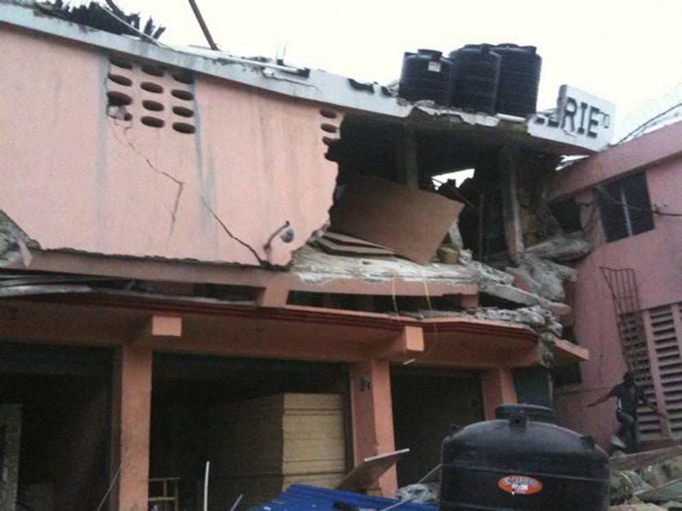 10. Обрушившиеся этажи многоэтажки в Порт-о-Пренс 12 января. (AP)