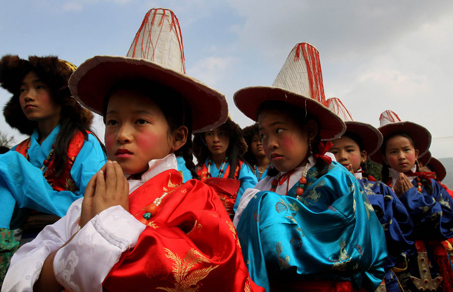 10. Школьники в традиционных тибетских нарядах танцуют во время визита тибетского духовного лидера Далай Ламы в центральную школу в Чандрагири – в 299 км от Бхубанесвара, Индия. Далай Лама откроет монастырь Ригон Тхупен Миндроллинг. (AP Photo/Anupam Nath)