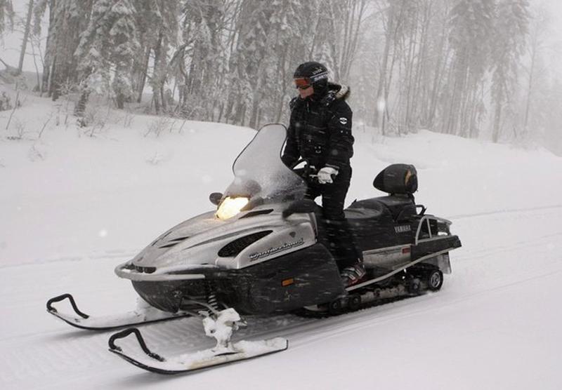 1) Премьер министр Владимир Путин управляет снегоходом. (REUTERS/RIA Novosti/Kremlin/Dmitry Astakhov)