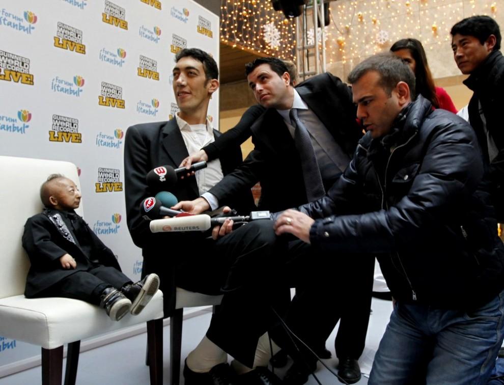 Самый высокий человек в мире Султан Кёсен (Sultan Kösen) встретился с самым маленьким человеком в мире Хэ...