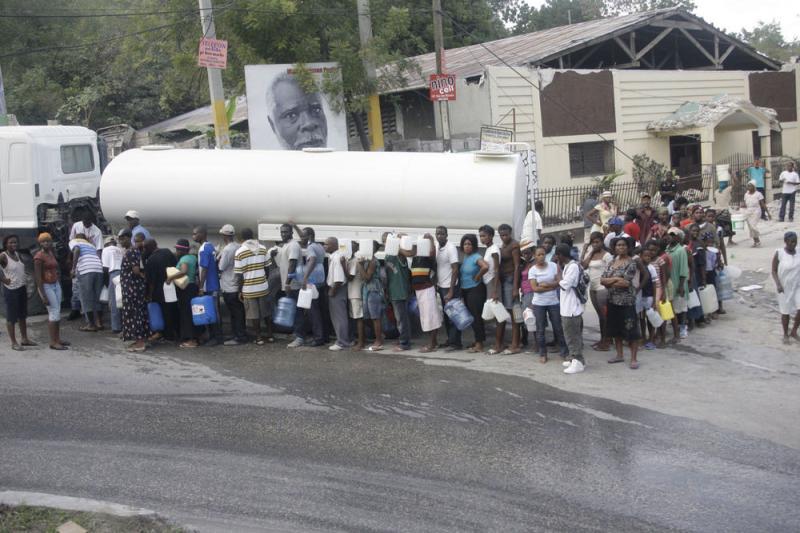 10. Люди выстроились в очередь за водой в Порт-о-Пренс 16 января 2010 года, после того как землетрясение в 7.0 баллов нанесло заметный ущерб столице Гаити. (UPI/Anatoli Zhdanov)