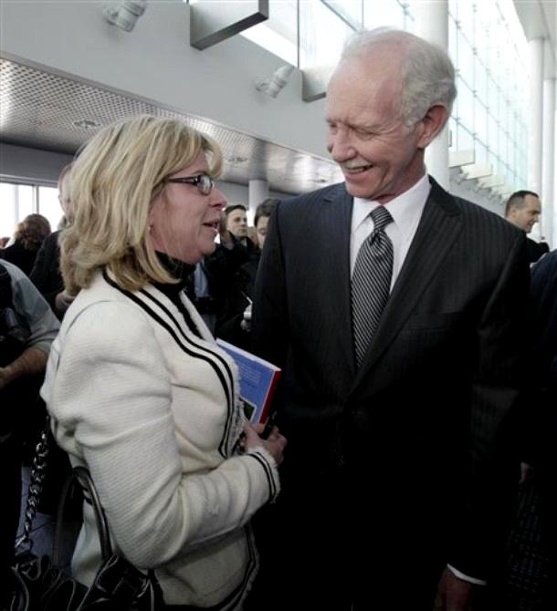 """4) Капитан Чесли """"Салли"""" Селинбергер разговаривает с Ханной Эктон, чей муж, Патрик, был на рейсе. (AP Photo/Richard Drew)"""