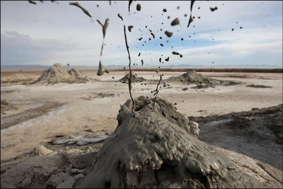 10) © David McNew/Getty Images // Разлетающаяся грязь оставшаяся после того как лопнул содержащий диоксид углерода грязевой пузырь.