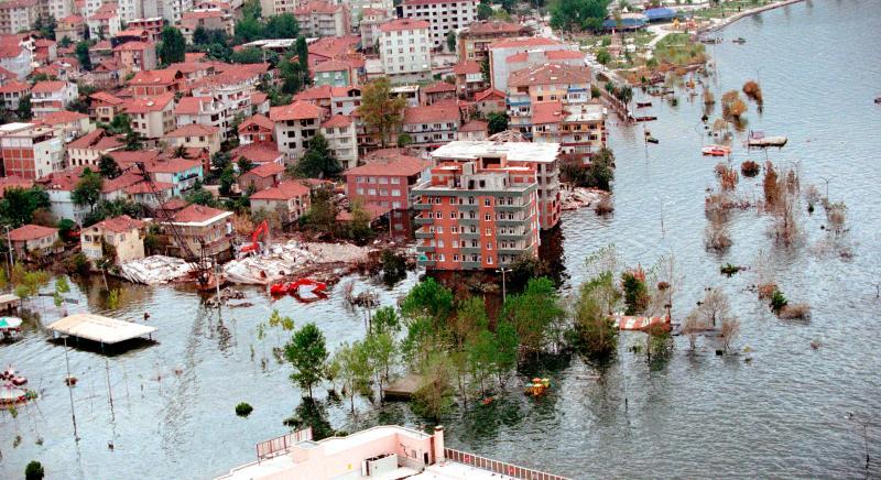 10) 24 августа 1999 года в Измите, Турция, цунами, вызванное землетрясением, накрыло прибрежный город. (jr/Seth Rossman/US Navy/UPI)