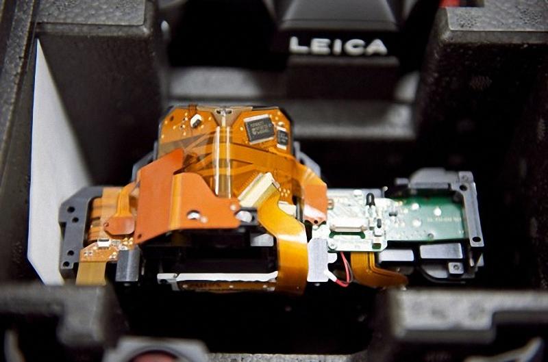 10) На фото внутренний вид камеры Leica S2. Эта широкоформатная камера, имеет 37,5-мегапиксельный ПЗС(30х45 мм)  на 56 процентов больше, чем 24 х 36 мм на 35 мм кадра. Ее цена 22000$.